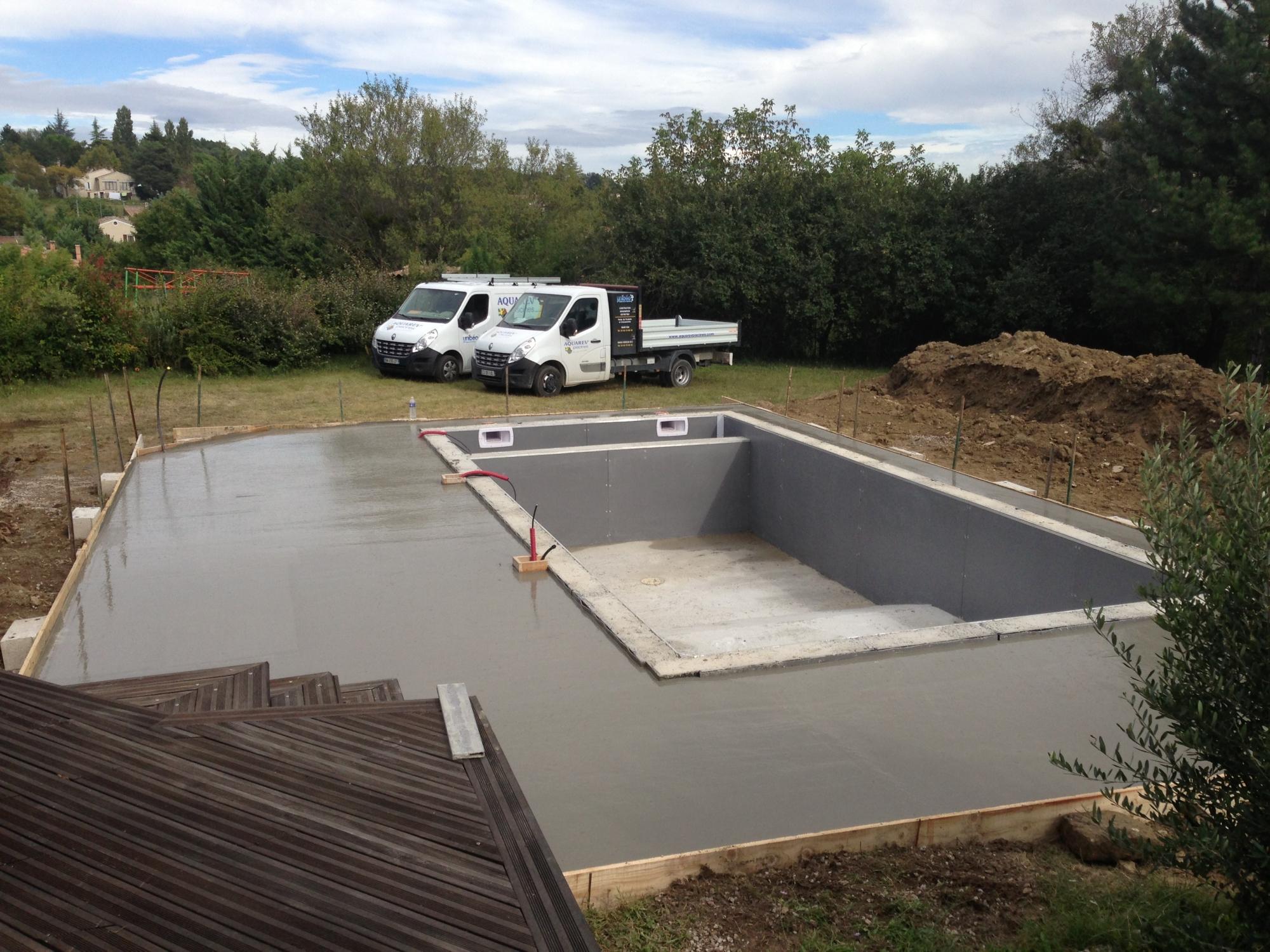 Piscine Beton Avec Plage Immergée livraison d'une piscine béton en prête à plonger par aquarev